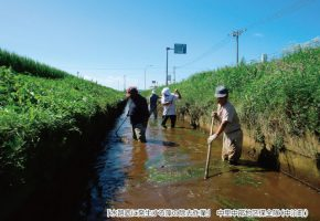 No.14「水路底に発生する藻の除去作業」中里中部地区保全隊(中泊町)